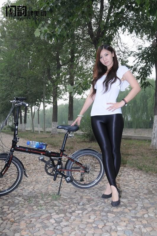 美女模特户外单车秀