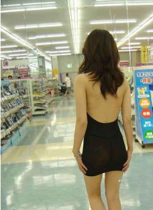 【社会】美女透明黑丝短裙逛大街