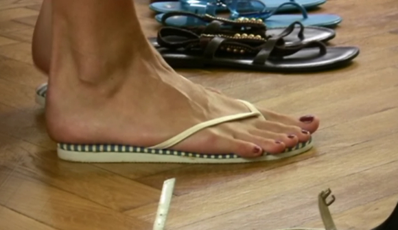 脚长30cm的大脚美女