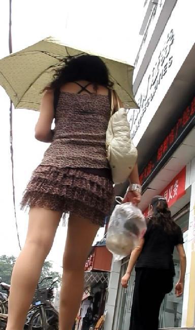 街拍超市抄底美女 街拍真空短裙抄底 街拍抄底丝袜美女图片