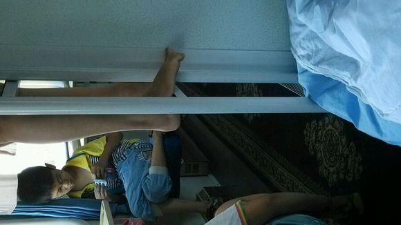 在火车上拍11岁小女孩的嫩脚丫