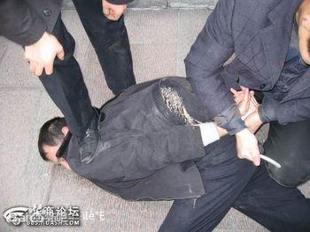 警察追小偷跳河死亡