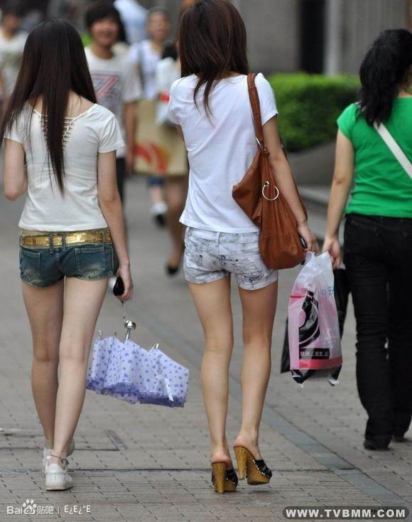 街拍b穿短裤的女人