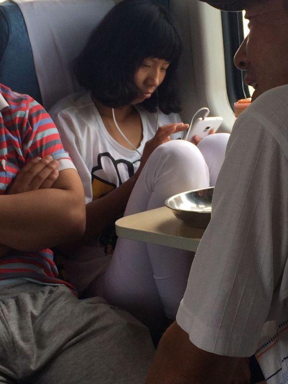 火车上美女脚踩男脸