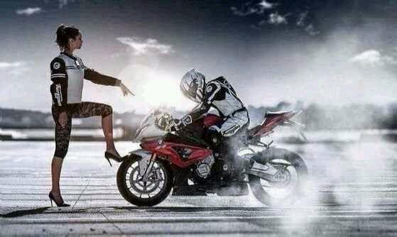 和妈妈坐摩托车