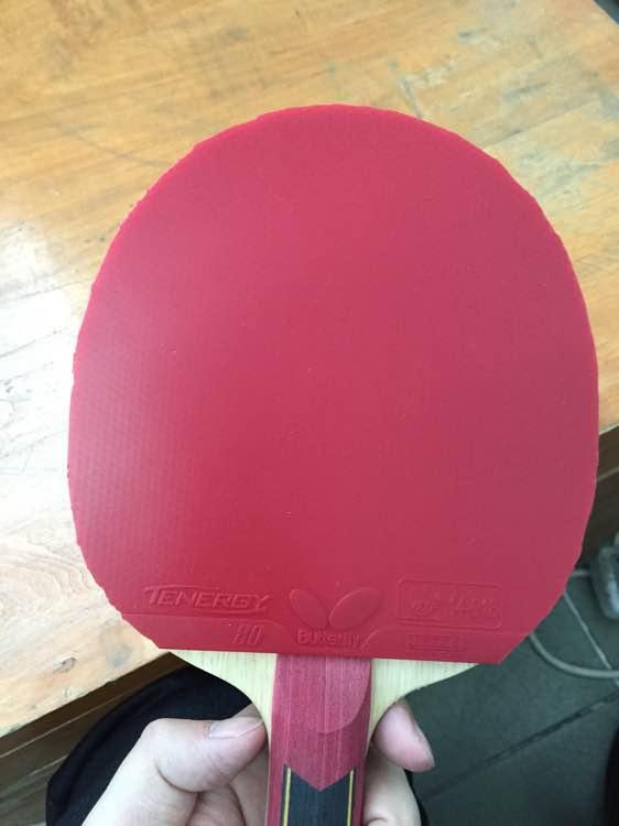 怎样粘乒乓球拍胶皮