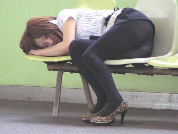 美女熟睡时玩脚视频
