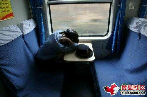 火车美女奇葩睡姿图