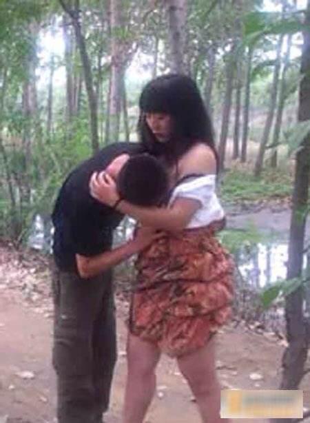 我和女朋友在小树林