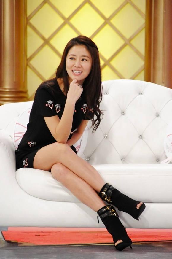 g杯罩美女跷二郎腿图片