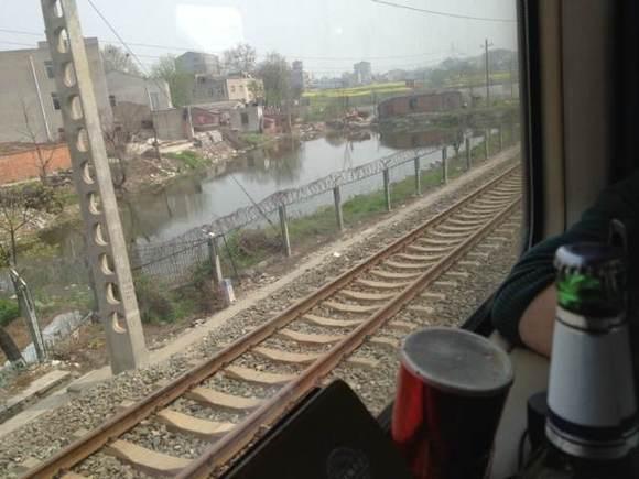 火车上腿边的丝脚小说