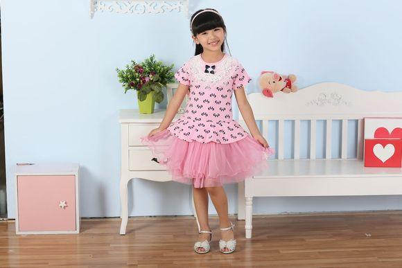 看一下小孩的裙子