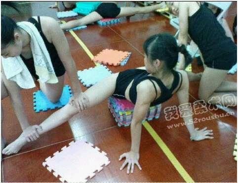 艺术体操被动训练撕腿