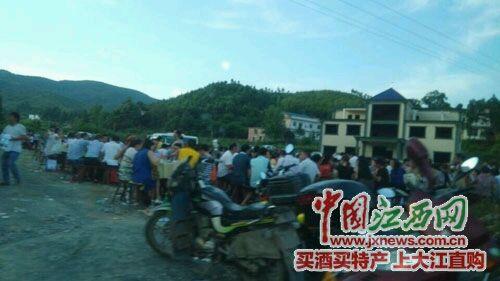 江西上栗县长平乡一村主任大摆酒宴遭举报 数十辆小车如车展