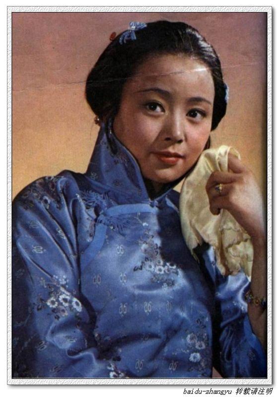红绸缎大襟棉袄女人图