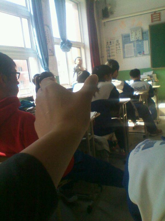 夏天上课时我摸同桌