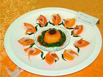 双色拼盘疏菜水果凉菜图