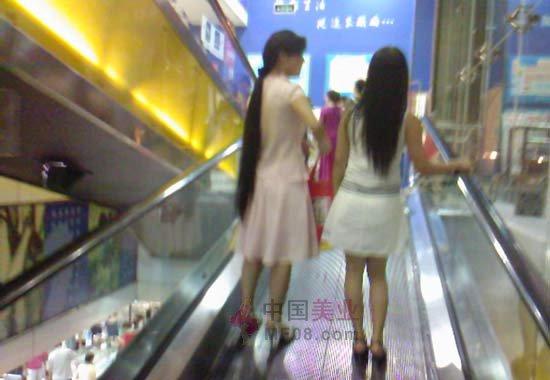 美女在电梯拖胸罩