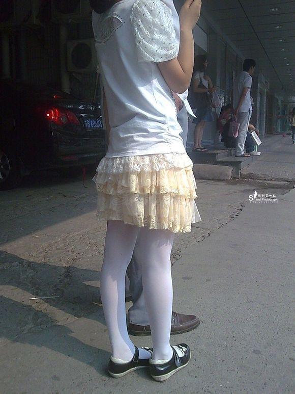小女孩穿白丝踩泥