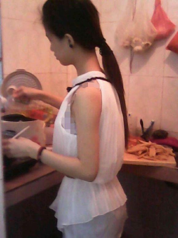 两个美女在家做饭图片
