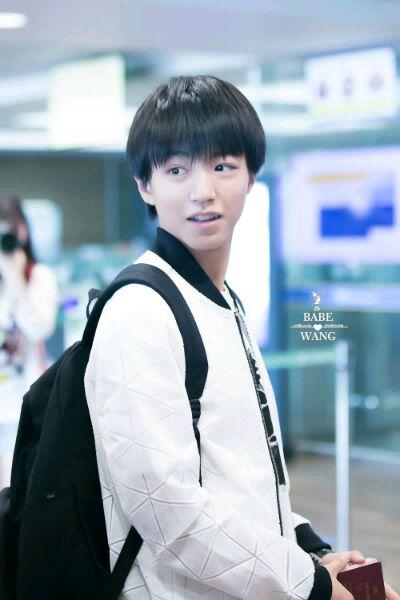 王俊凯在机场的图片