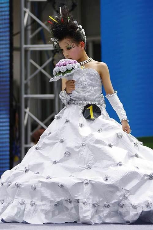 白色婚纱环保时装图片