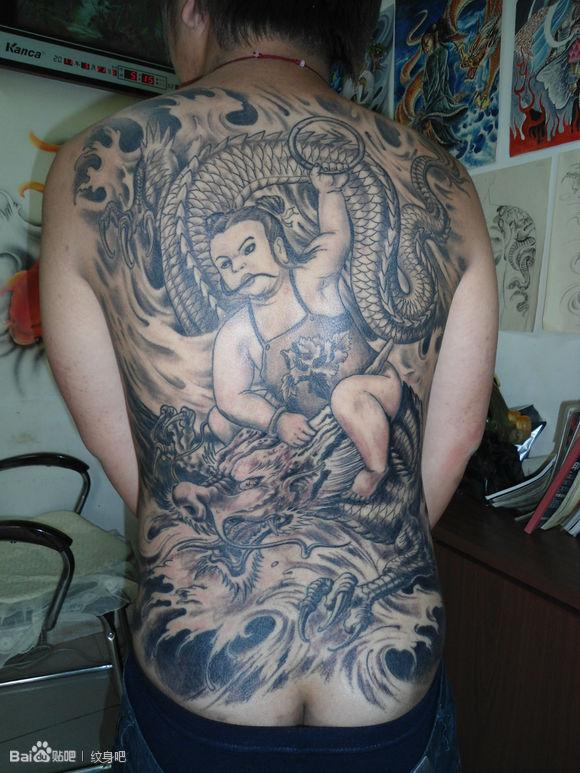 满背哪吒降龙场景图案纹身图片