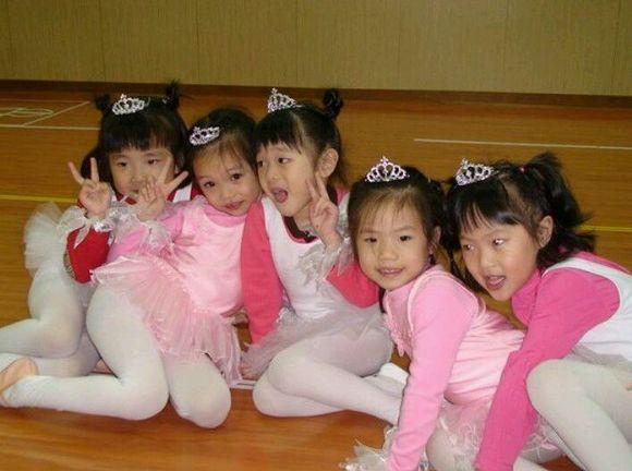 日本穿白袜的小女孩 异能里的小女孩 卖火柴的小女孩故事