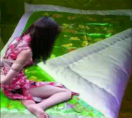 棉被捆绑美女