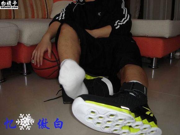 扒帅哥鞋_帅哥的大脚_大脚帅哥的篮球鞋_白袜帅哥玩奴微博