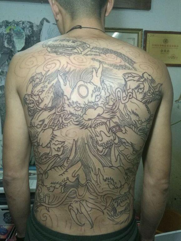 满背九龙拉棺加大臂斗战神佛从白皮到黑皮,_天津纹身图片