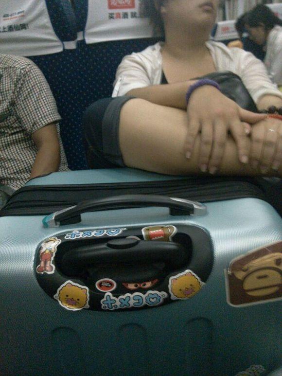 吉林圣鑫偷拍_楼主坐在火车上好无聊,造福午夜的吧友们,偷拍了对面的妹子!