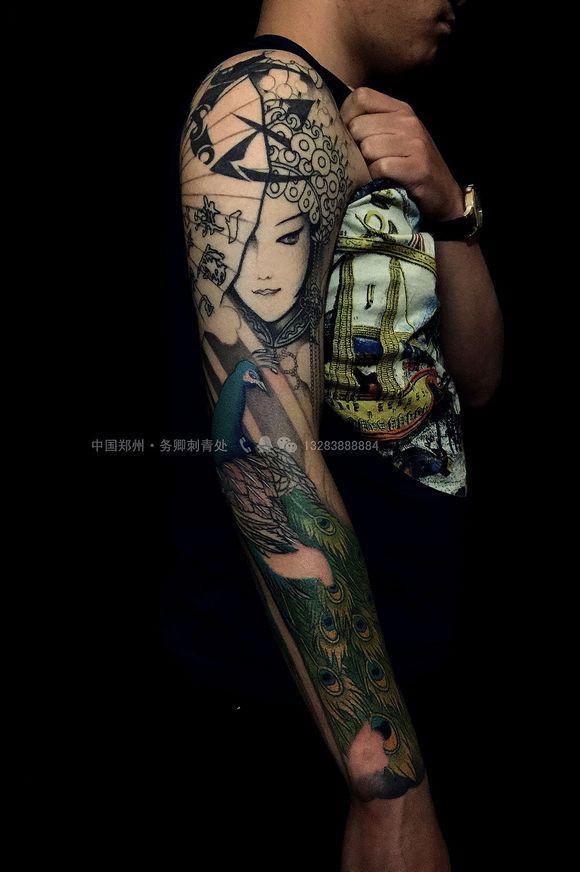 这位年轻人来自云南西双版纳,大臂有个旧纹身图腾,想纹个花旦孔雀花臂图片