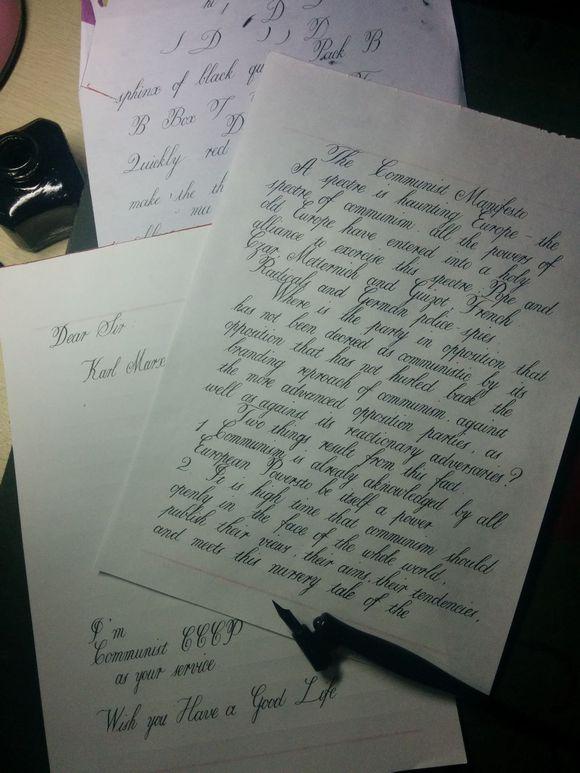 人指尖轻拈一支羽毛笔,蘸墨,落 衡水中学学生手写英语试卷图片
