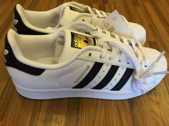 adidas纯白贝壳头为什么有一些六个鞋带孔有一些七个鞋带孔图片