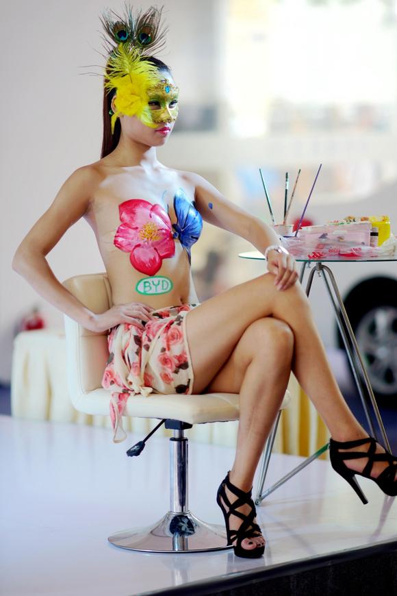 美女穿彩绘运动服