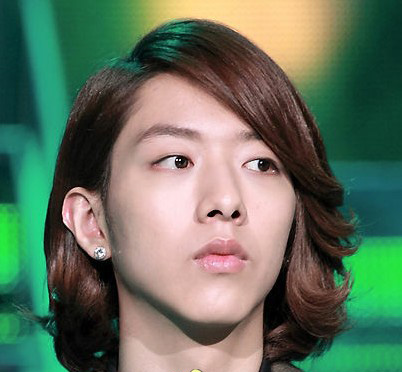 正信      知性感的艺术家气质的男明星发型,自然的刘海上添入s形
