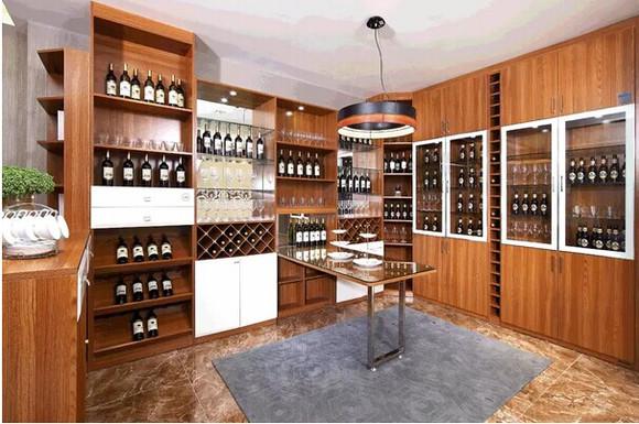 摆上酒具,加以简约的装饰品进行点缀,酒柜集收纳,装饰于一体,凸显空