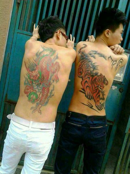 女生手臂缠绕腾条纹身_纹身图案