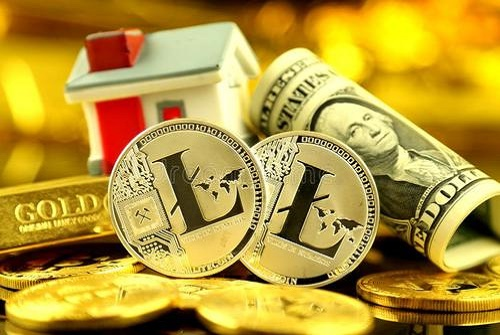 投资者的概念性图象以cryptocurrency新的真正金钱,金子,房地产和美元