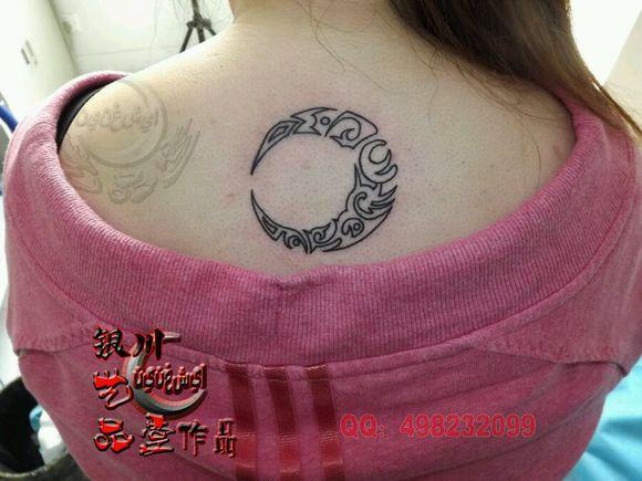 美女脊椎简单的线条文字纹身作品_纹身图案图片