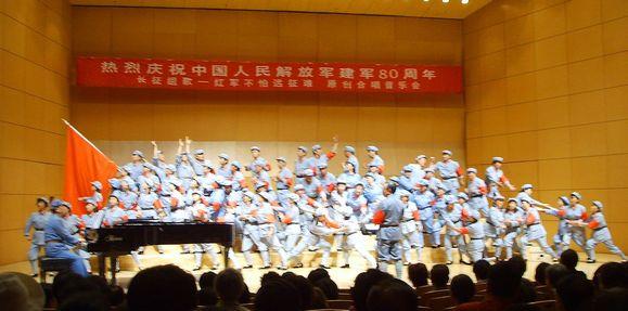 领唱,二重唱,男女声部的领唱,合唱队员的竹板伴奏,还有合唱队变换队形图片
