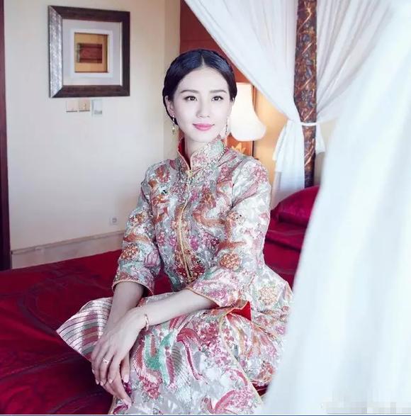 传统的中式婚服也是每个新娘子婚礼上必不可少的装扮,刘诗诗这套中式图片