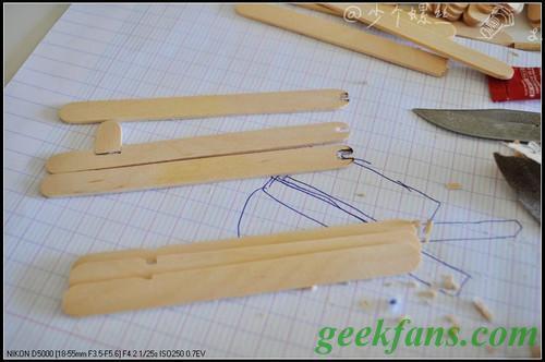 在三根雪糕棍的另一端挖出适合竹签直径的凹槽作为连弩的主体(如图