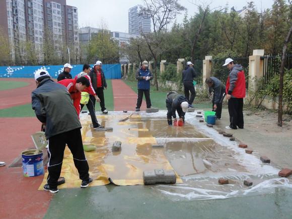 三级跳沙坑_沙坑,可惜水没了沙子还依然是泥巴,所以跳远和三级跳的比赛都换到别的