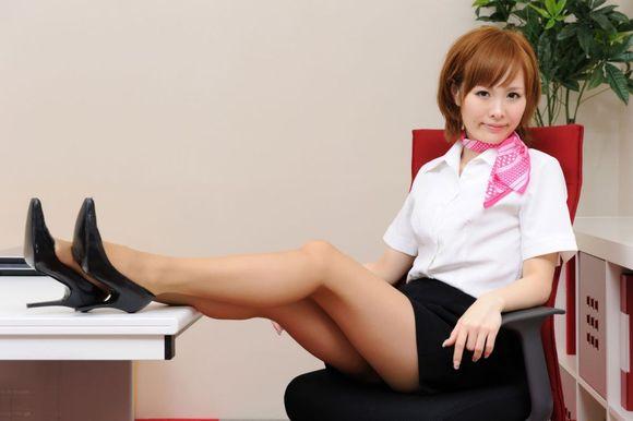 短发美女秘书制服丝袜