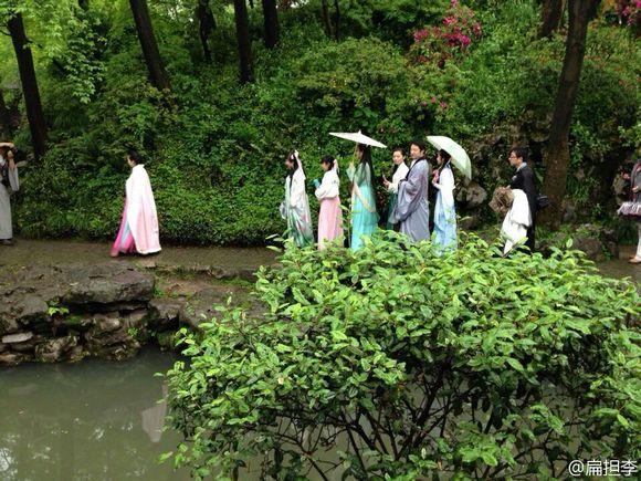 女性荫道流水图片_穿着汉服在苏州园林里走,真是一道靓丽的风景啊!