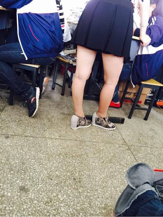 我偷看英语老师跟她_我们的穿超短裙翘二郎腿班上男生看到内裤的英语老师