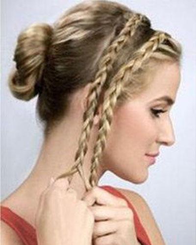发型 刘海/第四步:将多的那边刘海分成两份,然后分别编成麻花辫。
