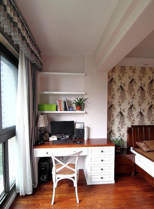 卧室的阳台运用:改为电脑桌,晚上时,拉上窗帘,总结下一天工作,玩了